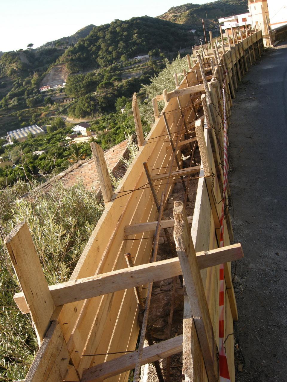 You are browsing images from the article: 25/07/2009 - Ricostruito il muro crollato da anni vicino al Ponte Larderia